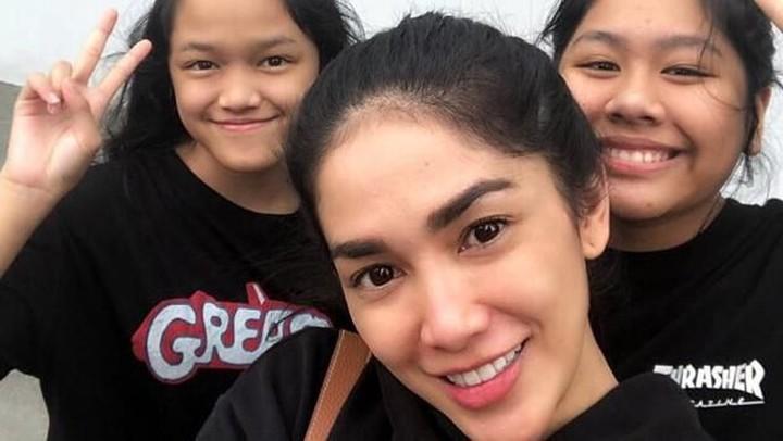 7 Potret Kedua Putri Ussy Sulistiawaty yang Beranjak Remaja