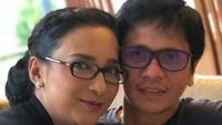 <p>Sama-sama pakai kacamata, Shahnaz dan Gilang seperti saudara kembar ya? <em>He-he-he.</em> (Foto: Instagram/ @shahnaz_haque)</p>