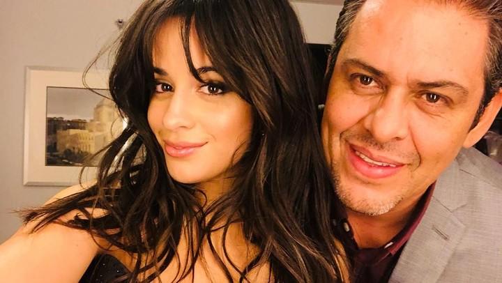 6 Foto Kedekatan Penyanyi Camila Cabello dan Ayahanda