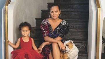 Chrissy Teigen Dikritik Saat Ajak Anak ke Dokter Gigi