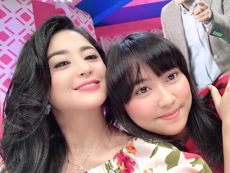 Lebby Wilayati dan Dewi Perssik pun sering tampil bersama dalam sebuah acara televisi.