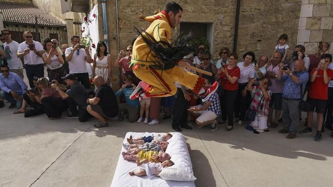 Masyarakat Katolik di Sasamon, Spanyol punya cara sendiri untuk mengusir iblis atau roh jahat pada bayi mereka, dengan cara melompatinya dalam acara El Colacho.