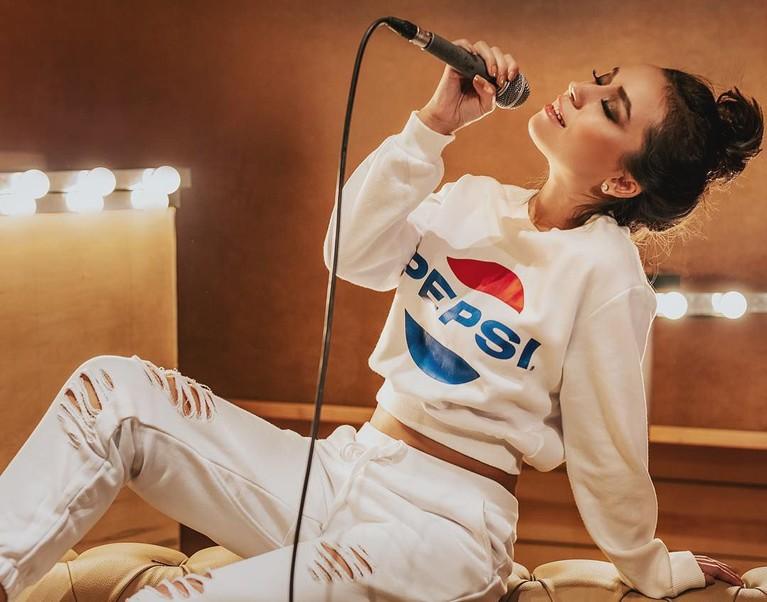Tugba Yurt adalah penyanyi cantik asal Turki yang sudah memulai karier bernyanyinya sejak tahun 2013.
