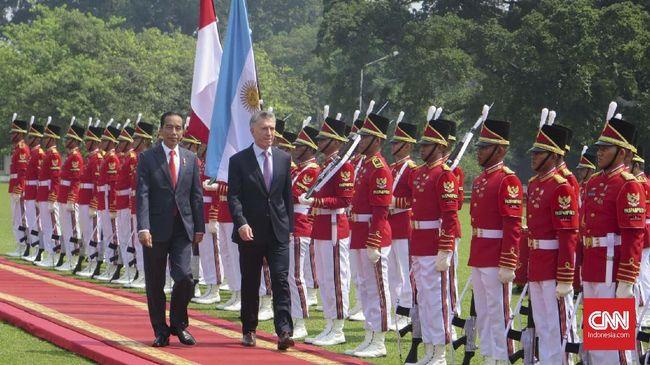 Jokowi menawarkan produk nasional kepada Presiden Argentina Mauricio Macri. Seperti, pesawat dari PT DI, kereta dari PT Inka, dan perawatan pesawat dari GMF.