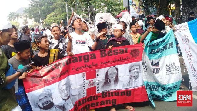 Anak-anak dari Tangerang menumpang mobil bak dengan uang seadanya untuk ikut aksi. Mereka ingin meramaikan aksi saat MK membacakan putusan sengketa pilpres.