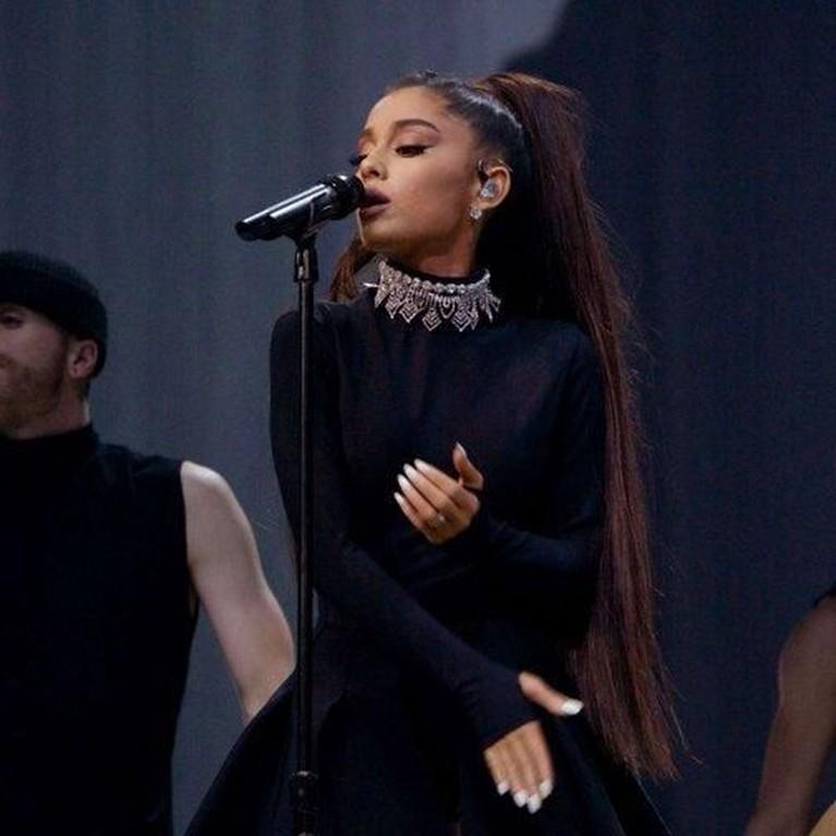 Gaya Ariana saat bernyanyi di salah satu acara bergengsi di Amerika Serikat.