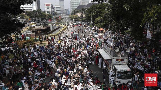 Massa aksi yang kebanyakan mengenakan baju koko berkumpul di sekitar Jalan Medan Merdeka Barat, Jakarta Pusat. Meskipun polisi melarang aksi di depan Gedung MK.