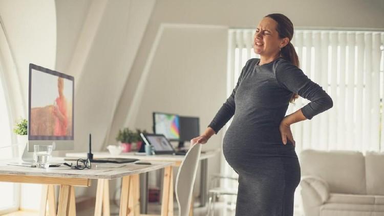 Bunda bisa mengurangi rasa nyeri punggung dengan mengkompres air panas. Selain itu, ada posisi tidur yang disarankan untuk ibu hamil biar enggak sakit punggung.