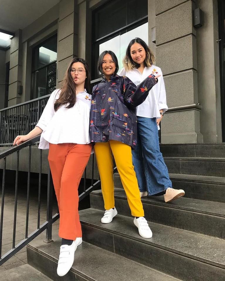 Menjadi anak dari wanita yang sudah memiliki anak sebelumnya, Stephanie ternyata akrab lho dengan kedua saudari kembarnya Salwa dan Salma.