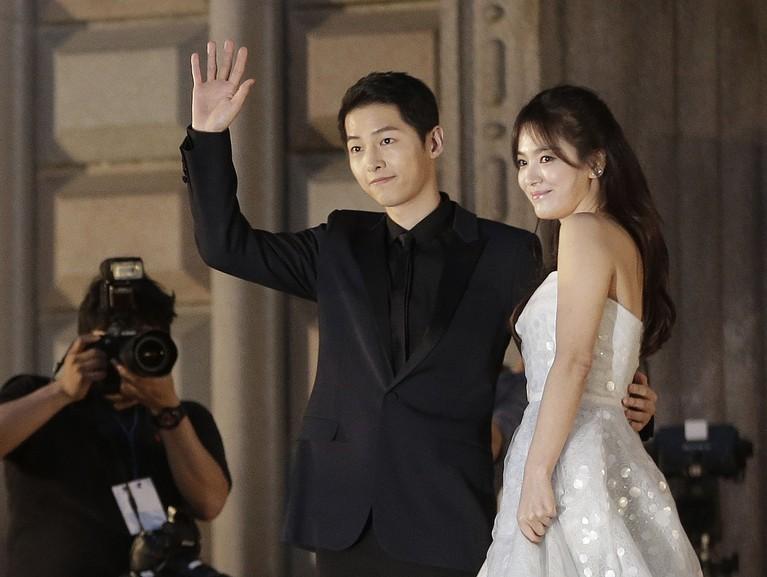 Setelah beberapa kalidiisukan dekat, Song Hye Kyo dan Song Joong Ki tampil bersama di depan publik saat menghadiriBaeksang Award 2016.