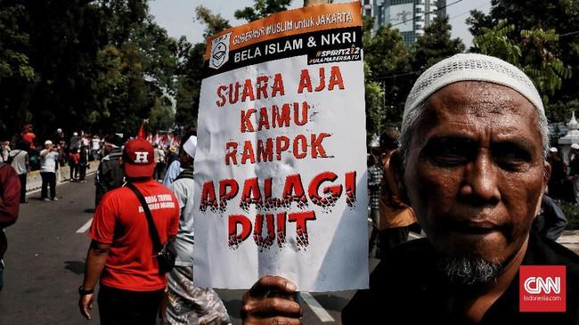 Mahkamah Konstitusi (MK) menggelar sidang putusan atas sengketa Pilpres 2019 yang dimohonkan Prabowo-Sandi, ramai massa melakukan aksi menunggu putusan itu.