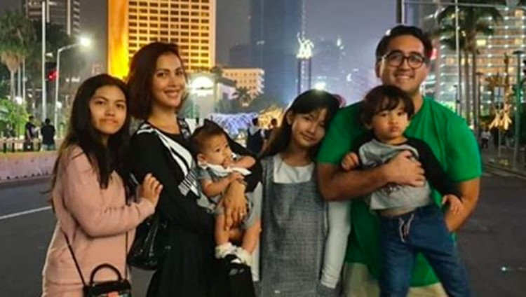 Meski sibuk mengurus empat anak tanpa bantuan baby sitter, Nadia Mulya masih bercita-cita menambah momongan lho.