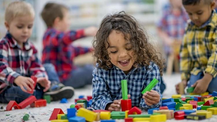 Bagi anak balita, mainan apa sih yang disarankan untuk mengoptimalkan tumbuh kembang mereka?