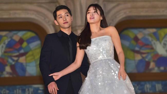 Song Joong Ki menggugat cerai Song Hye Kyo pada Rabu (26/6). Kisah cinta pasangan yang dikenal dengan nama Song-Song Couple itu pun berakhir.