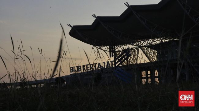Akibat kebakaran yang terjadi, petang tadi setidaknya dua penerbangan dialihkan dari semula Bandara Kertajati jadi ke Bandara Internasional Soekarno Hatta.