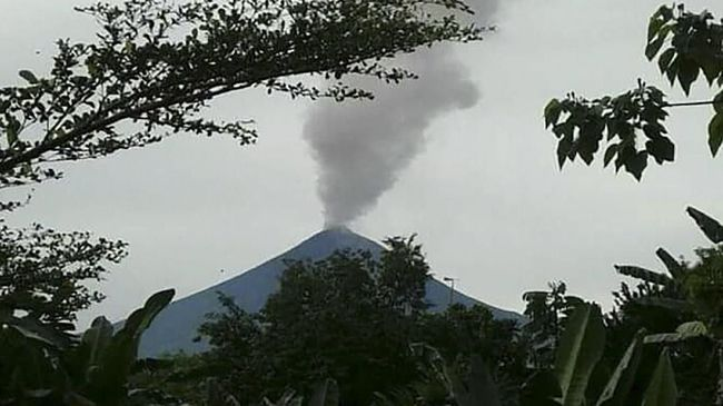 Dua gunung berapi meletus di timur laut Papua Nugini dan menyebabkan 15 ribu warga mengungsi.