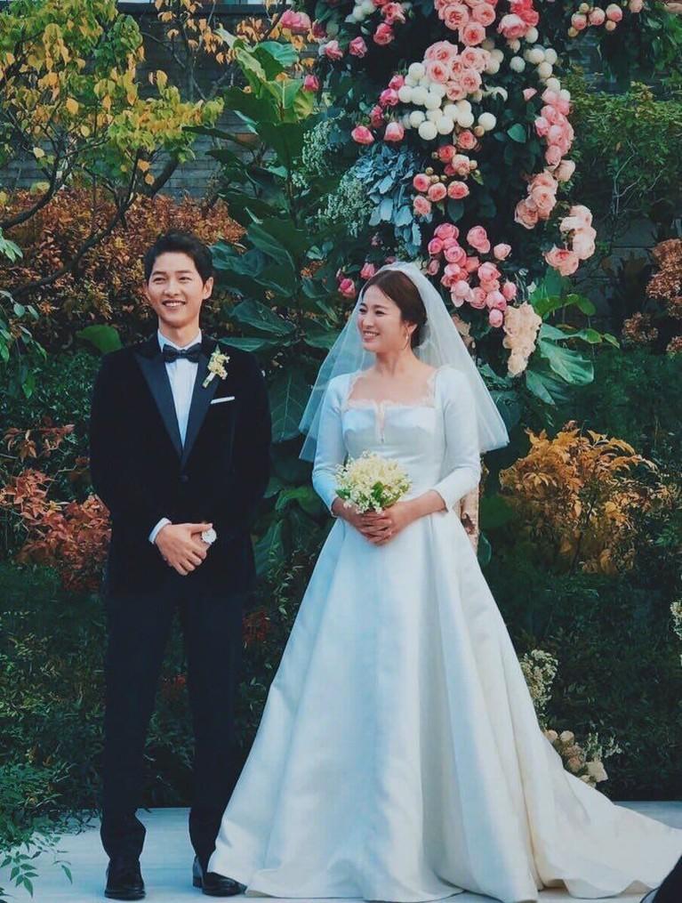 Pada awal 2017, Hye Kyo dan Joong Ki resmi mengumumkan bahwa mereka akan menikah. Foto-foto prewedding pun dilakukan hingga ke luar negeri. 31 Oktober 2017 pasangan ini resmi menjadi suami istri.