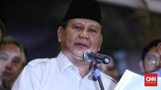 Ketua Umum Partai Gerindra Prabowo Subianto menjenguk Menkopolhukam Wiranto RSPAD Gatot Soebroto, Jakarta, pada Jumat (11/10) petang.
