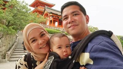 7 Potret Harmonis Keluarga Kecil Haykal Kamil