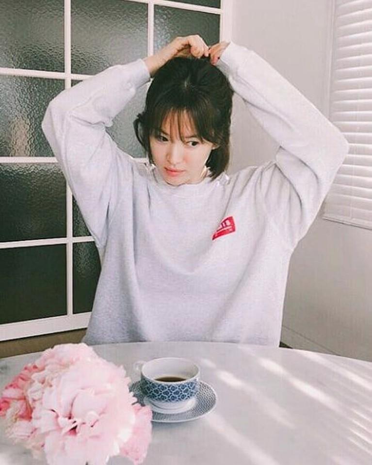 Bagaimana penampilan calon janda Song Joong Ki ini dengan sweater? Manis ya.