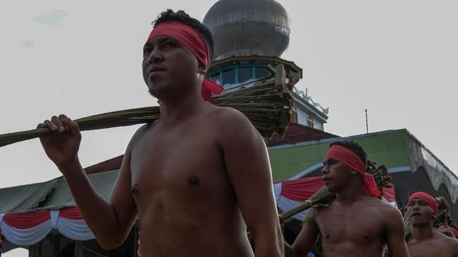 Setiap 7 Syawal, masyarakat Mamala, Maluku Tengah, mempererat persaudaraan mereka dengan tradisi saling memukulkan sapu.