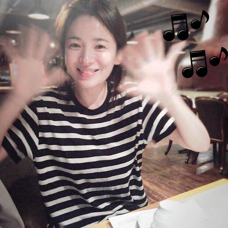 Meski sudah memsuki usia kepala tiga, Hye Kyo sering juga lho tampil bak remaja dengan hanya menggunakan kaus dan tanpa riasan wajah.