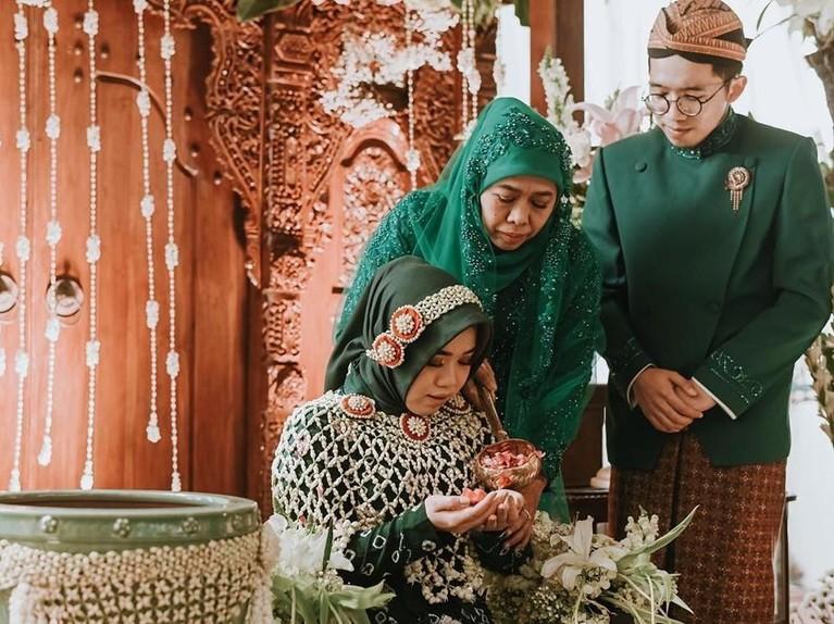 Prosesi siraman yang dilakukan oleh Ima dan Khofifah. Proses itu juga disaksikan oleh putra kedua Khofifah,Jalaluddin Mannagalli.