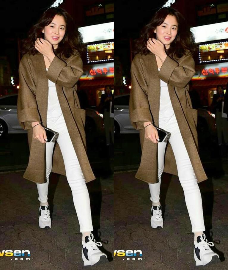 Dalam beberapa jepretan kamera media, Song Hye Kyo tampil dengan gaya santai seperti kaus dan celana polos yang ia padukan dengan long cardigan dan sneakers yang kekinian.