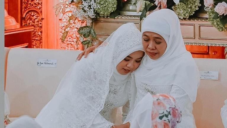 Ima memeluk sang ibunda dengan balutan kebaya putih.