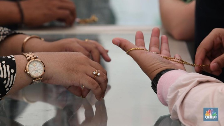 Masyarakat mengunjungi bazzar emas di kantor pusat pegadaian, Jalan Kramat Raya, Jakarta Pusat, Jumat (28/6/2019).  Setiap hari Jumat, Pegadaian selalu menyelenggarakan lelang emas. Biasanya, ada beberapa barang yang turut dilelang, seperti barang elektronik hingga kendaraan.   Namun berdasarkan pantauan, yang paling dikerubungi adalah perhiasan emas dengan harga mencapai Rp 9 juta.  Meningkatnya kebutuhan masyarakat terhadap ekonomi membuat banyak orang menggadaikan barang berharga guna memenuhi kebutuhan yang mendesak.  Pegadaian mencatat investasi masyarakat dalam bentuk emas mencapai 2,1 ton pada tahun lalu. Hingga kini, investasi tabungan emas sudah dimiliki 1,4 juta penabung. (CNBC Indonesia/Muhammad Sabki)