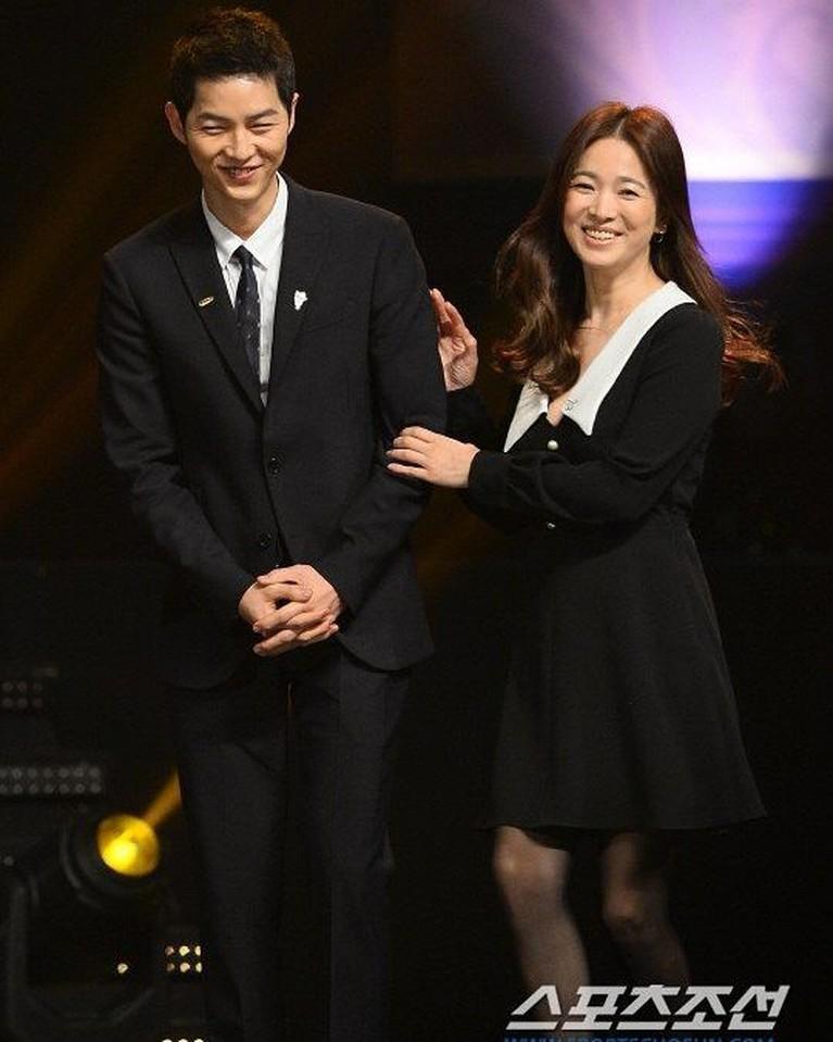 Mereka juga kerap terlihat mesra selama promosi dramaDescendants of The Sundi Korea. Tanpa ragu, keduanya saling berpegangan tangan satu sama lain.