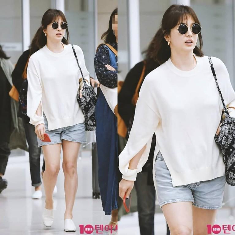 Tampil selalu glamor dan elegan, ratu drama Korea, Song Hye Kyo ternyata lebih memilih tampll casual sehari-harinya. Ia kerap kali tampil dengan mini pants dan kaus.