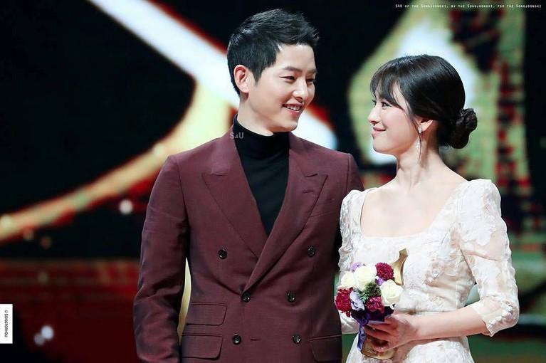 Chemistry mereka dalamDescendants of The Sunmengantarkan pasangan ini memenangkan penghargaan sebagai pasangan terbaik diKBSAwards 2016.