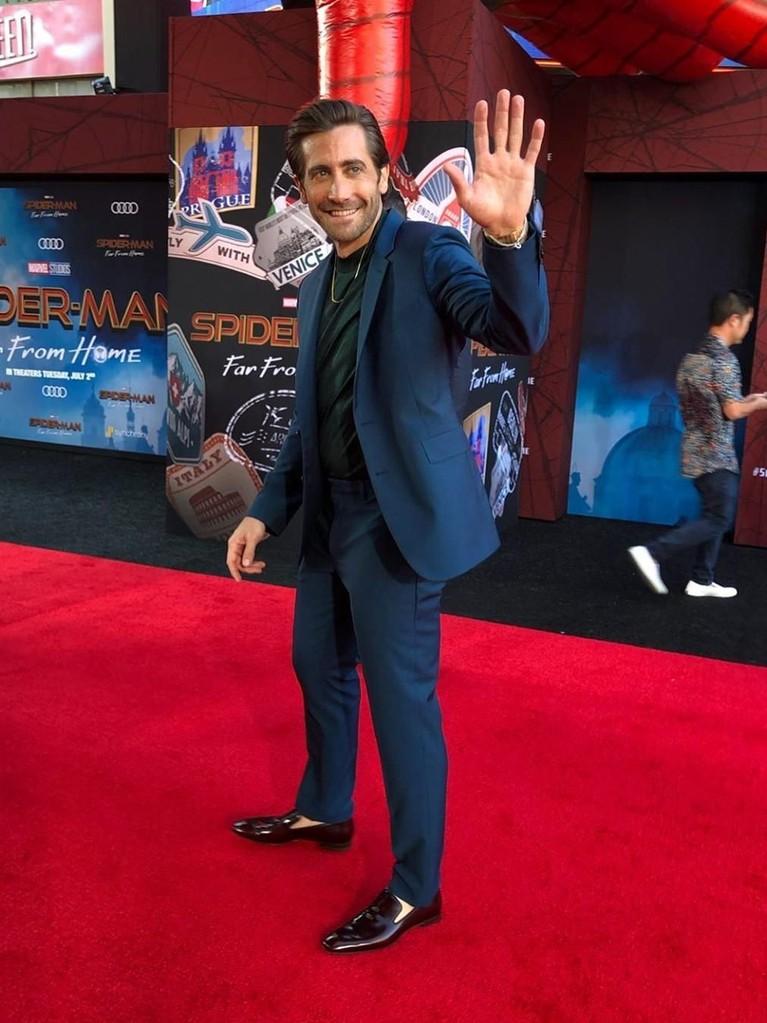 Jake Gyllenhaal mengenakan setelah jas biru dongker dengan baju dalam warna hijau tua. Pemeran Mysterio ini berjalan sambil melambaikan tangannya kepada para penggemar dan media.