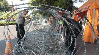 Kala Warga Bantu Singkirkan Kawat Berduri Demo Omnibus Law