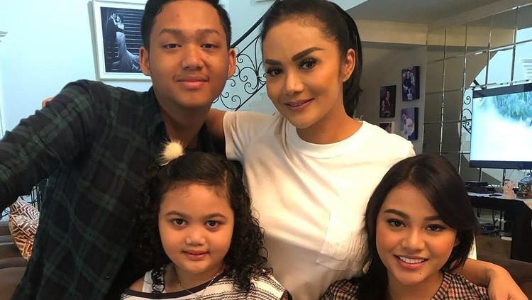 Aurel Hermansyah ungkap keinginannya untuk berlibur bersama sang ibu dan keluarganya. Ia ingin hubungan Krisdayanti dan keluarga Anang terjalin dengan baik.