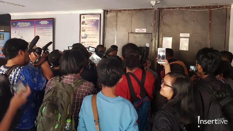 Awak media juga ramai berkumpul di Lapas Klas 1 Surabaya sejak pagi tadi.