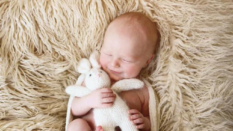 Bayi usia 4 bulan sudah bisa apa saja? Bagaimana ya cara merangsang perkembangan bayi usia 0 - 4 bulan?