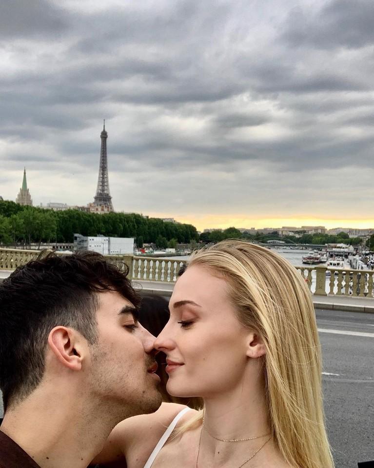 Satu tahun berpacaran, keduanya resmi bertunangan di tahun 2017.