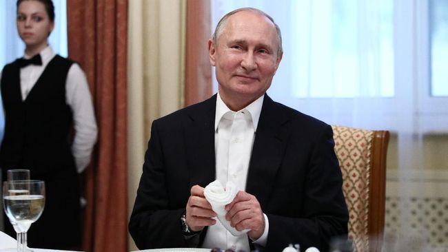 Presiden Rusia, Vladimir Putin kembali menjadi sorotan karena membawa cangkir sendiri untuk minum saat santap malam kenegaraan di KTT G20 di Osaka, Jepang.