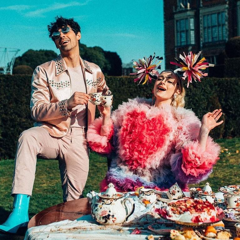 Sophie Turner yang seorang aktris mendukung karir sang suami, Joe Jonas dengan terlibat langsung di video musikcomeback nya Jonas Brothers.