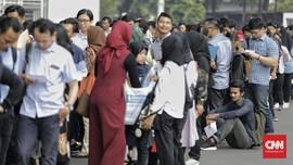 FOTO: Saat Ratusan Orang Berburu Peruntungan di Bursa Kerja