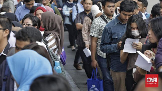 Menko Perekonomian Airlangga Hartarto menyebut 6,9 juta orang mencari kerja setiap tahun, di antaranya 3 juta orang lulusan SMU dan perguruan tinggi.