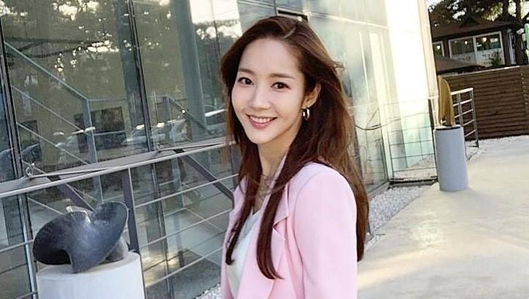 Penampilan Min Young dengan blazer merah muda yang dipadukan dengan baju putih.