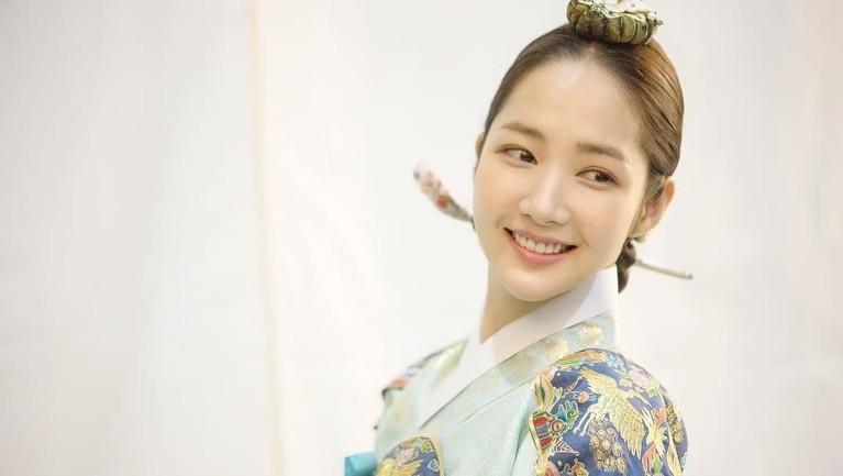 Mengenakan hanbok, Min Young terlihat makin cantik kan Insertizen?