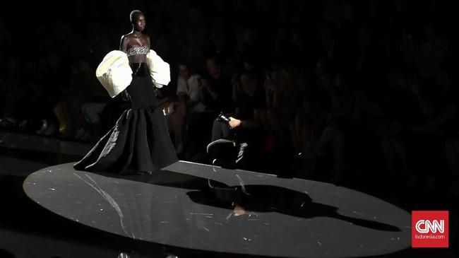 Desainer anyar Schiaparelli, Daniel Roseberry, menggelar debut koleksi haute couture-nya pada gelaran Paris Couture Week.