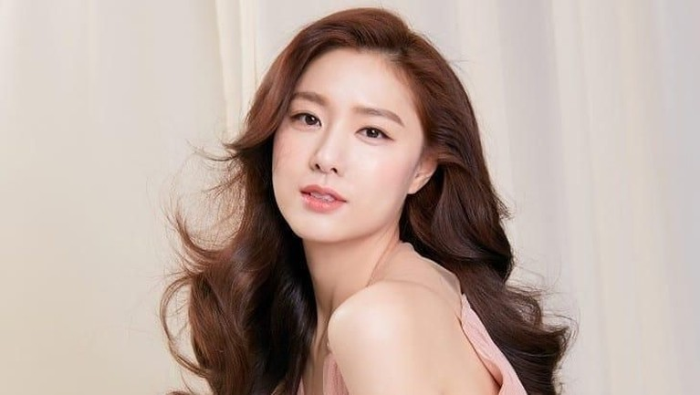 Seo Ji Hye masih terlihat cantik dan menawan pada usia 34 tahun.