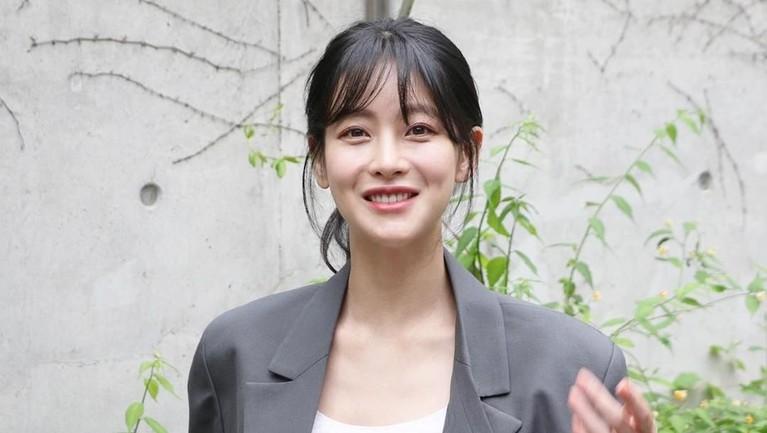 Oh Yeon Seo juga masih sangat terlihat cantik dan muda meski ternyata sudah berusia 32 tahun.
