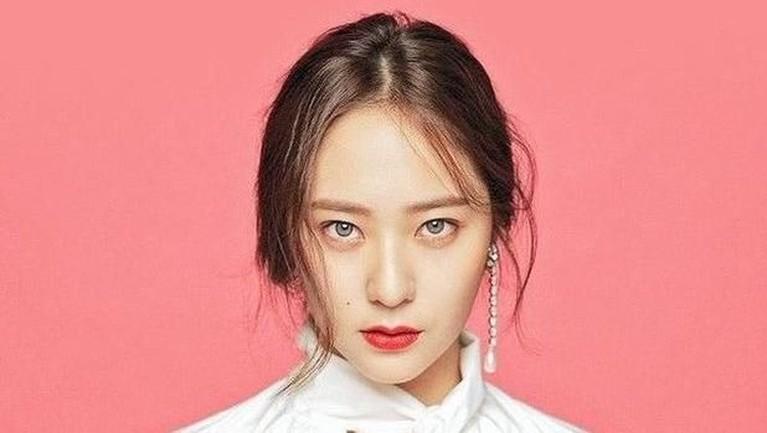 Krystal Jung juga ternyata terlibat dalam beberapa drama dengan perannya sebagai cameo. Penyanyi 24 tahun ini pernah menjadi cameo di drama Potato Star 2013QR3, Legend of the Blue Sea, dan Welcome to the Show. Nama Krystal Jung dikenal sebagai penyanyi dan juga aktris.
