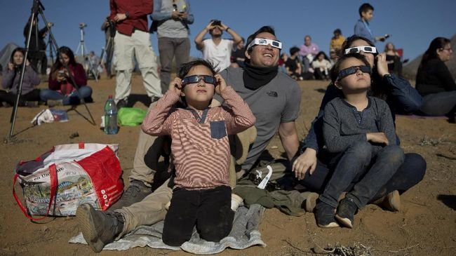 Berikut sejumlah tips aman untuk melihat gerhana matahari cincin dan sebagian untuk menjaga kesehatan mata.